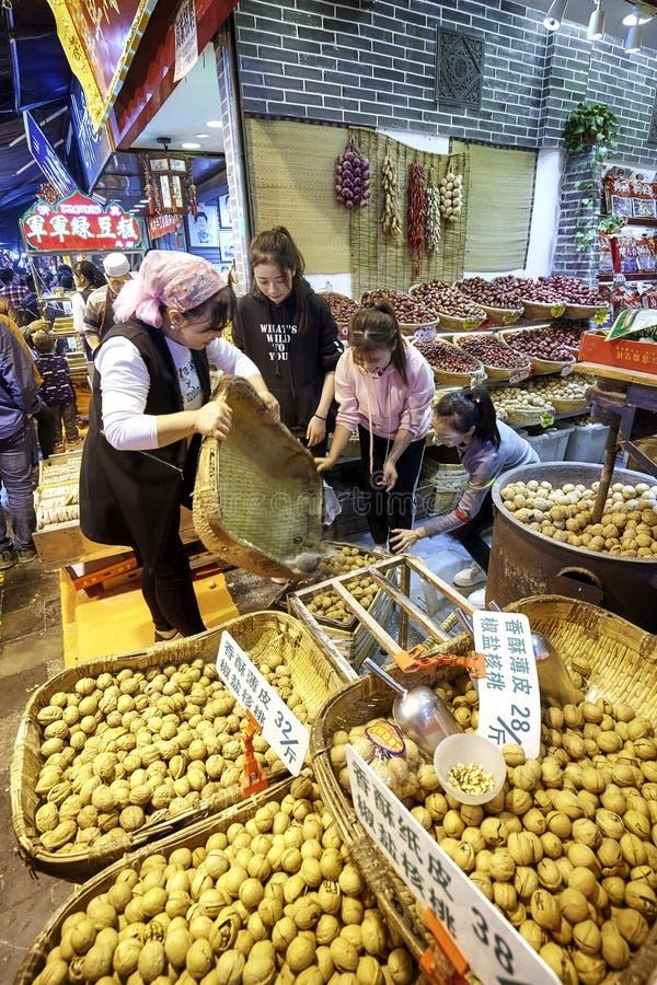 Gatamarknad i Xian Muslim Quarter arkivfoto