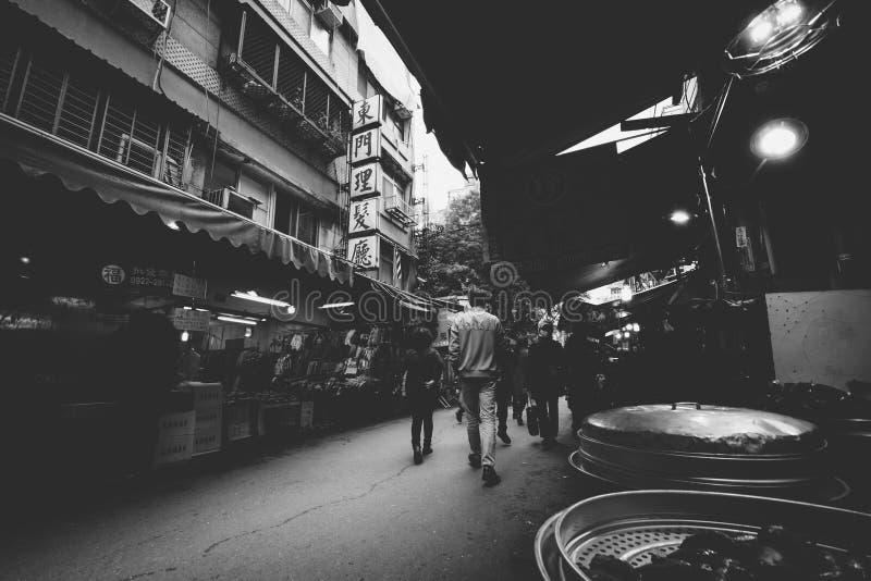 Gatamarknad längs gränd 75, Linyi St, i Zhongzhengen Distric royaltyfri fotografi