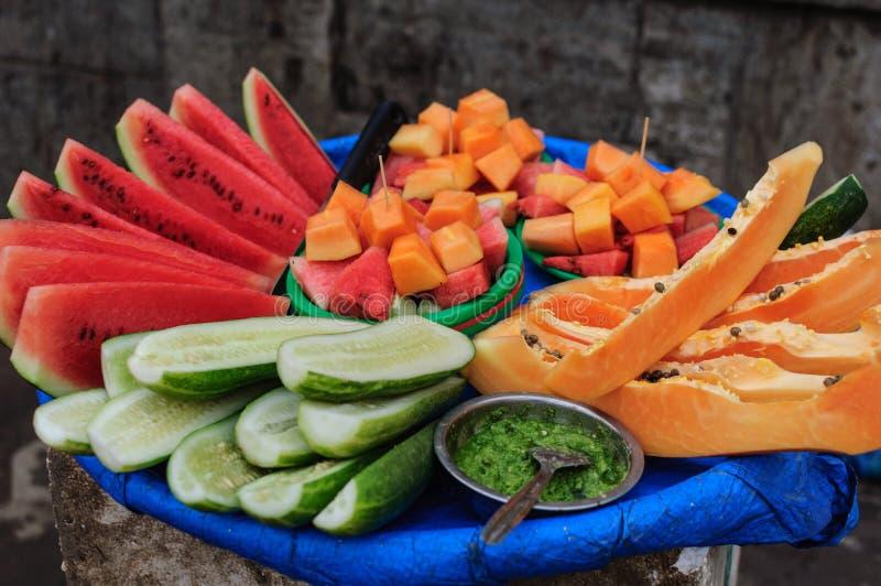 Gatamat i Asien Frukter av papayaen, vattenmelon och gurkan med kryddig chutney arkivbilder
