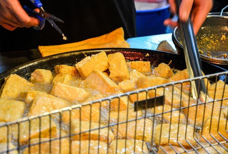 Gatamat på nattmarknaden som går gatan i Taipei, den djupa stekte stinky tofuen, är en traditionell berömd mat i Taiwan royaltyfri bild