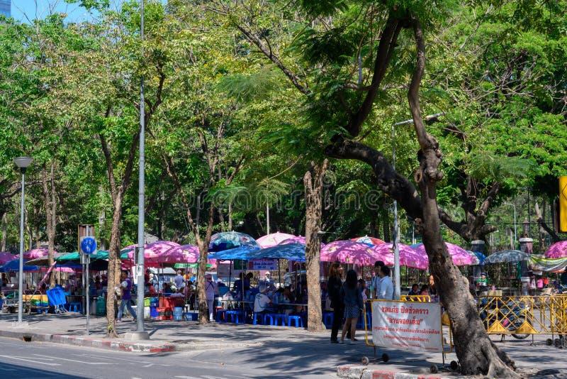 Gatamatmarknaden på Lumpini parkerar royaltyfri bild