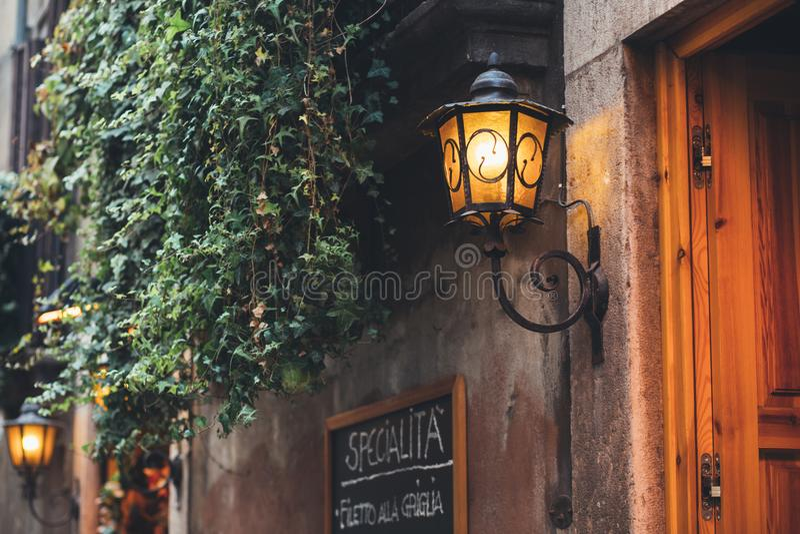 Gatametalllampa, tappninggammal-stad lynne royaltyfri foto