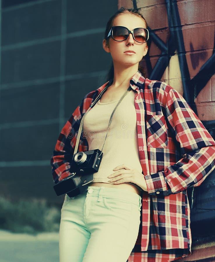 Gatamode, stilfull nätt hipsterflicka i solglasögon royaltyfria foton