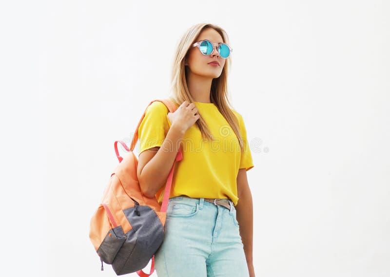 Gatamodebegrepp - stilfull hipsterflicka i solglasögon royaltyfria bilder
