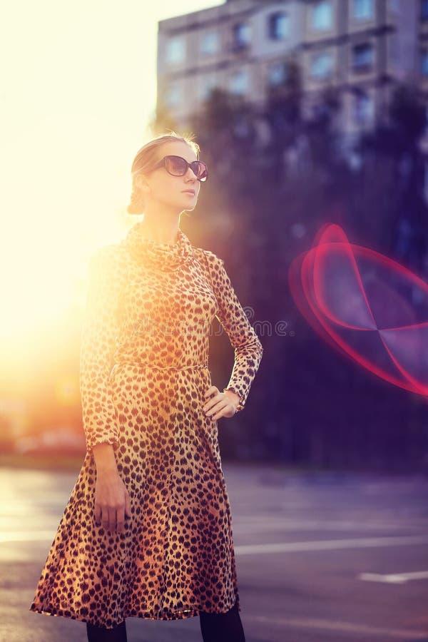 Gatamodefoto, stilfull kvinna i en klänning royaltyfria bilder