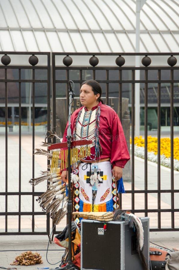 Gatamusiker i den nationella indierkläderna royaltyfri bild