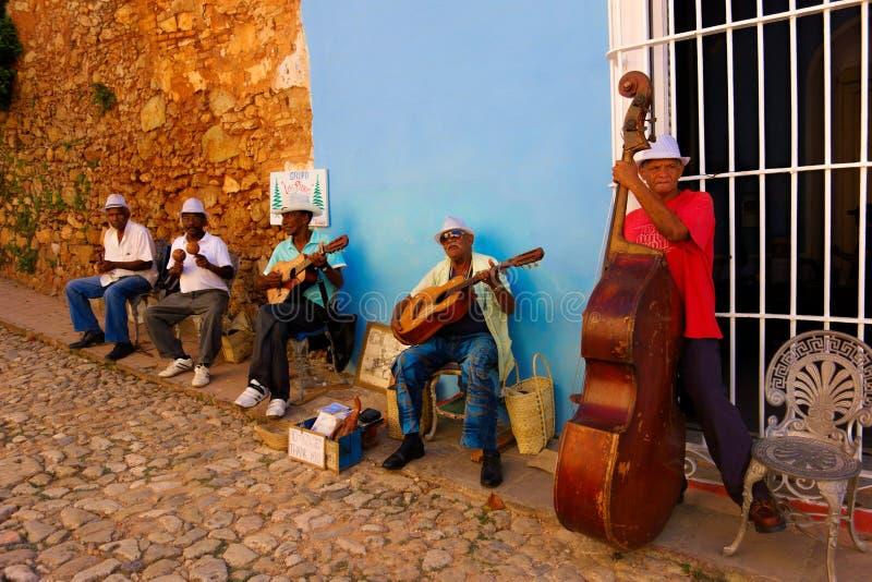 Gatamusiker i Trinidad, Kuba royaltyfri fotografi