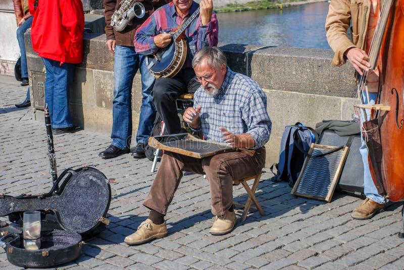 Gatamusiker på Charles Bridge i Prague royaltyfria bilder
