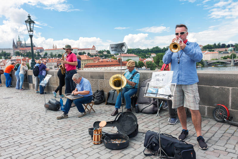 Gatamusikmusikband som utför i Prague royaltyfri foto