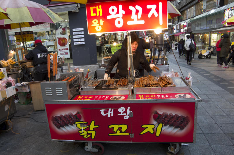 Gatan äter Busan Sydkorea arkivfoto