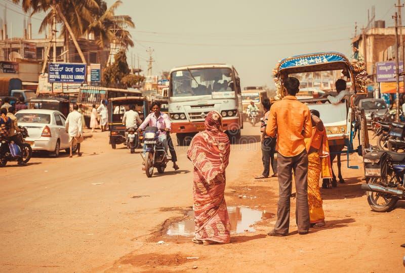 Gatan av en indisk stad med chaufförer, passagerare, cyklar och transport trafikerar utomhus- royaltyfria bilder