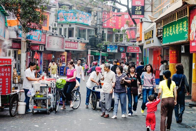 gatan av Shanghai, Kina, med shoppar och folk royaltyfri foto