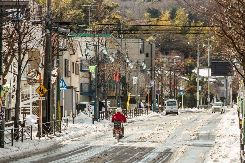 Gatan av Tokyo täckte i snö arkivbild