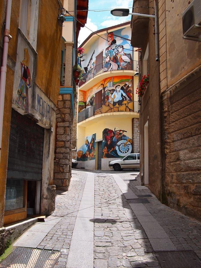 Gatan beskådar med väggmålningar i Orgosolo royaltyfri bild