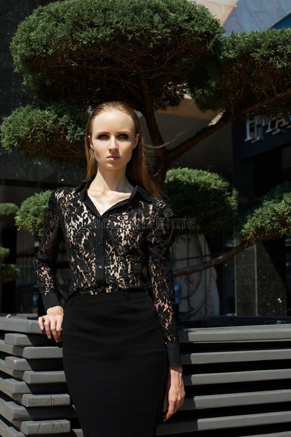 Gatan danar utformar. Härligt modellera i trend snör åt skjortan & kjolen royaltyfria bilder