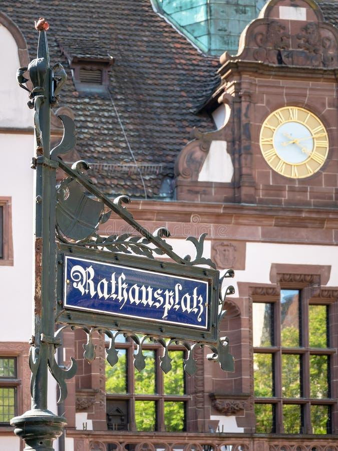 Gatan för stadfyrkanten undertecknar in den Freiburg Tyskland arkivfoto