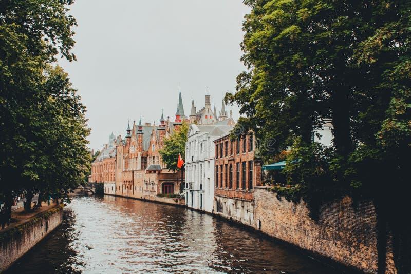 Gatan i Bruges Belgien korsade vid floden Zwyn fotografering för bildbyråer