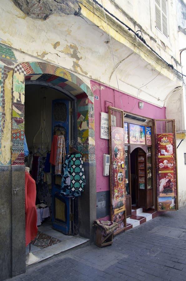 Gatan i Tangier med souvenir shoppar i Marocko royaltyfri fotografi
