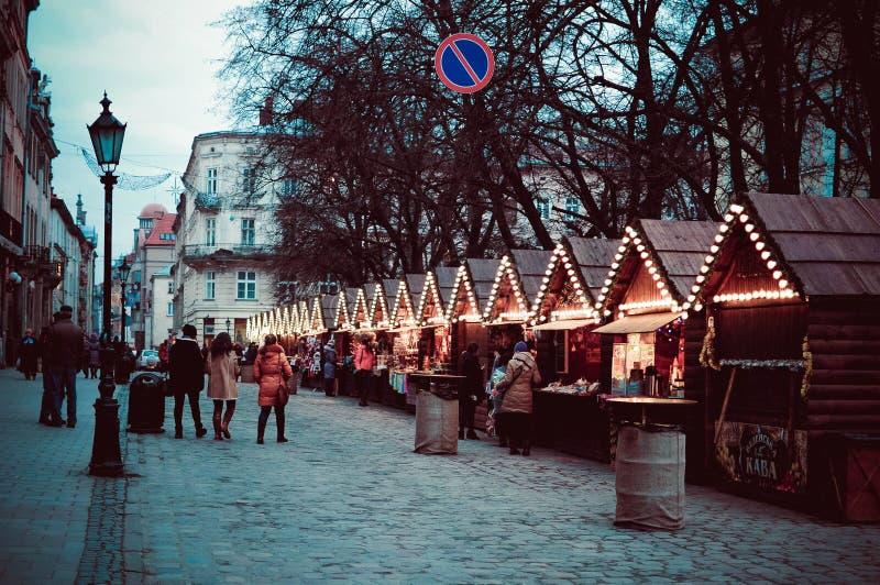 Gatan med dekorerat shoppar hus i vinter arkivfoton