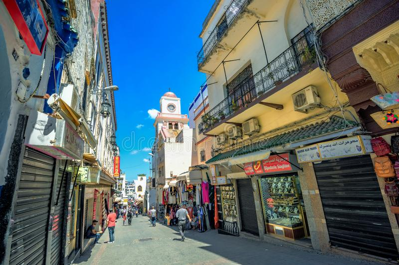 Gatan med shoppar i medina av Tangier morocco fotografering för bildbyråer