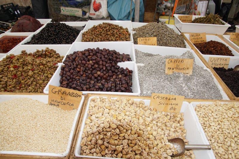 Gatan shoppar i Italien med traditionell mat royaltyfria bilder