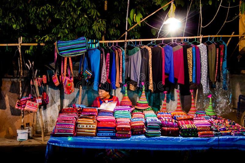 Gatan shoppar i marknaden för den Pai områdesnatten, Maehongson Thailand arkivfoto