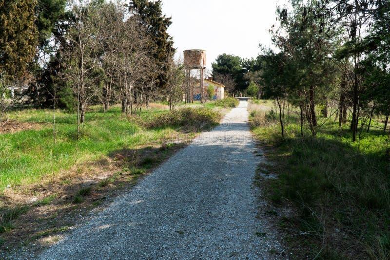 Gatan, som leder till den gamla akvedukten, vägen är full av gräs, och träd dagen är soliga och känslan dig att få är fred royaltyfri foto