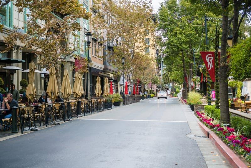 Gatan ställde upp med kaféer i den inspirerade europeiska stilen shoppa den områdesSantana raden, San Jpse, Kalifornien royaltyfri fotografi