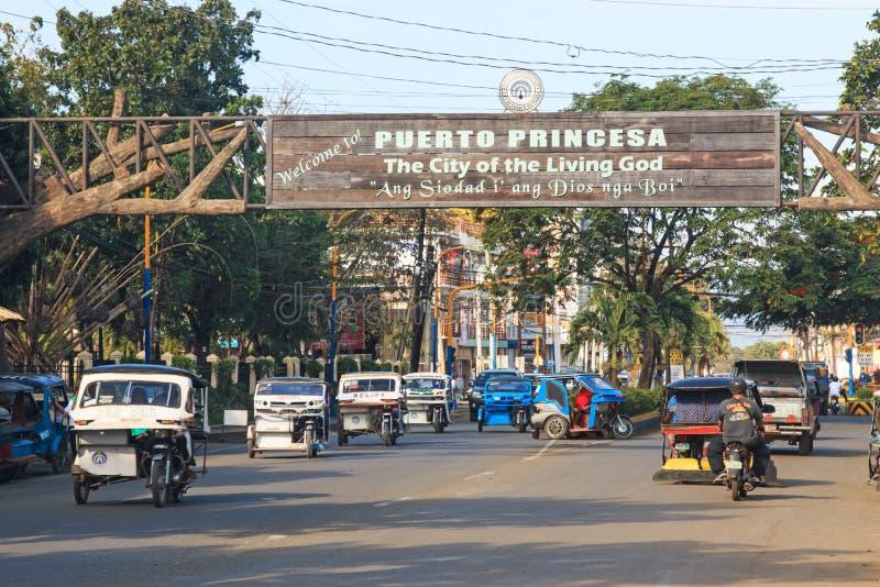 Gatan trängde ihop med många trehjulingar som mycket var gemensamma i Filippinerna royaltyfria bilder