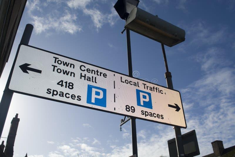 Gatan undertecknar in en engelsk stad arkivbild