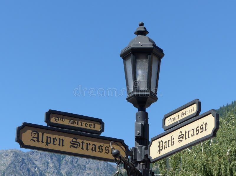 Gatan undertecknar in Leavenworth WA royaltyfria foton