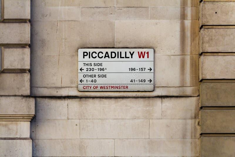 Gatan undertecknar in London royaltyfri bild