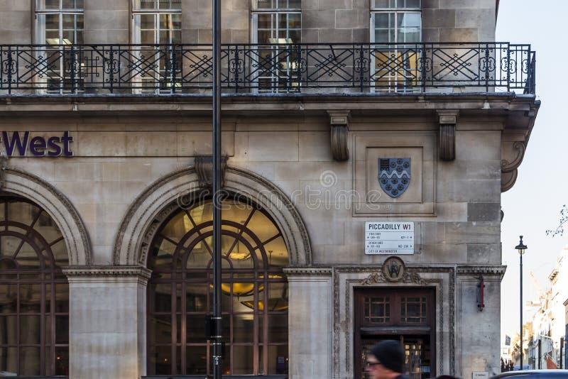 Gatan undertecknar in London royaltyfria bilder