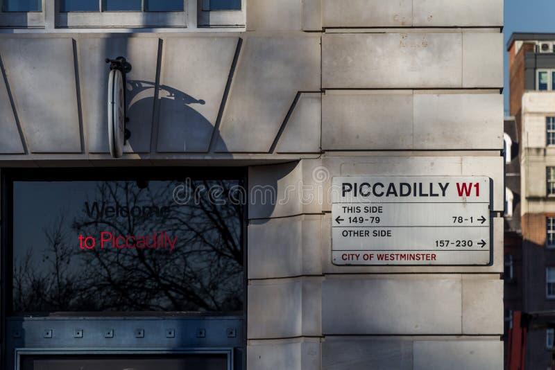 Gatan undertecknar in London arkivbilder