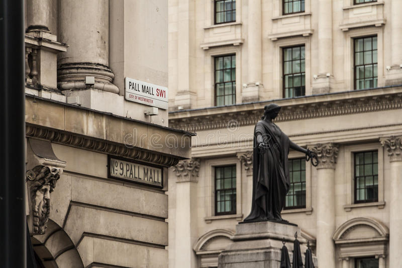 Gatan undertecknar in London royaltyfri fotografi