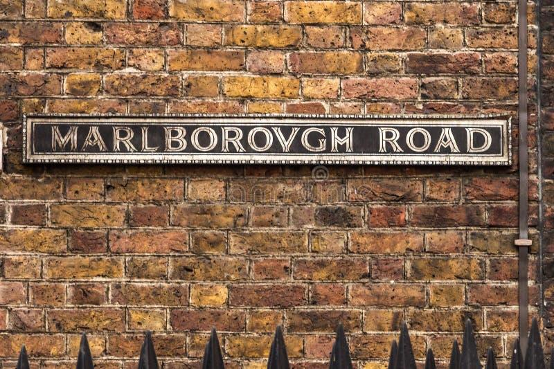 Gatan undertecknar in London fotografering för bildbyråer