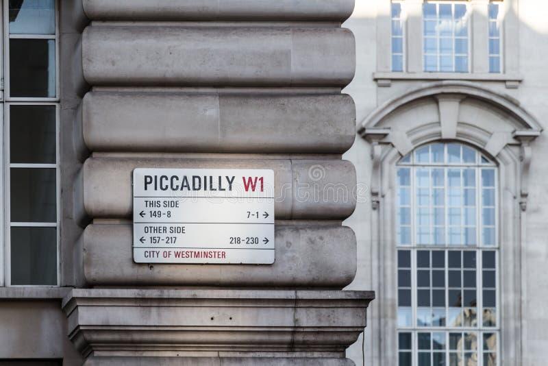 Gatan undertecknar in London royaltyfri foto