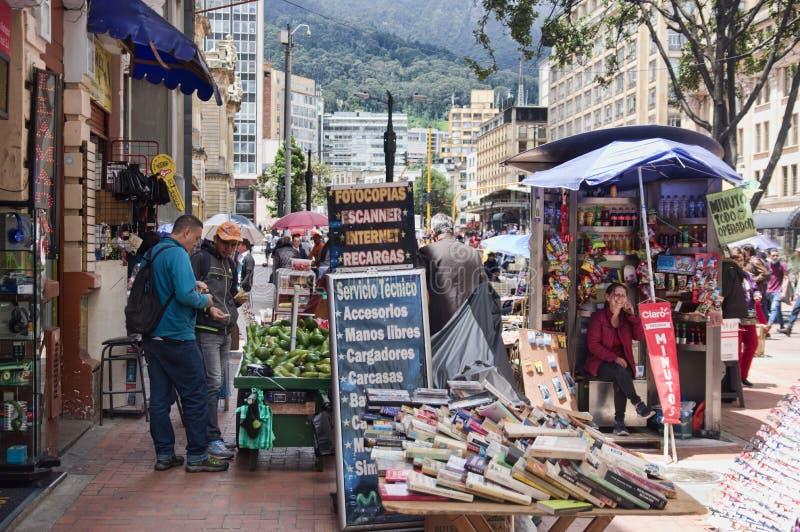 Gataplats av folk som shoppar i Bogota Colombia fotografering för bildbyråer