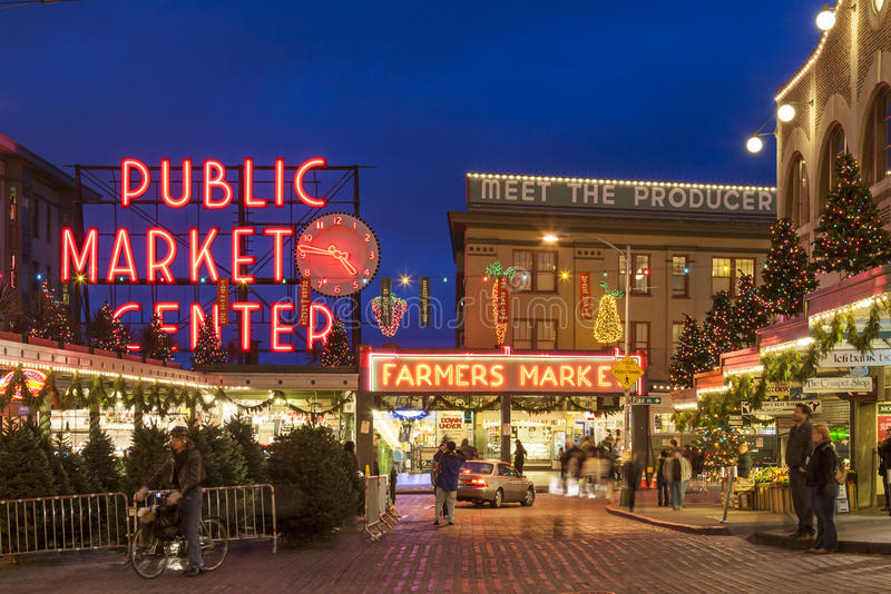 Gataplats av marknaden för pikställe på jul med turister och feriegarneringar, Seattle, Washington, Förenta staterna royaltyfria bilder