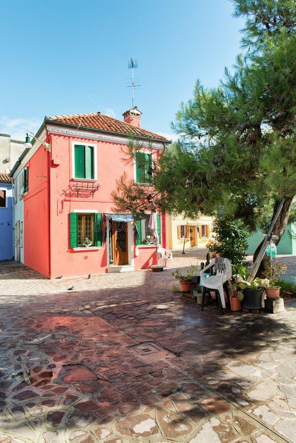Gataplats i Burano nära Venedig, Italien royaltyfria bilder