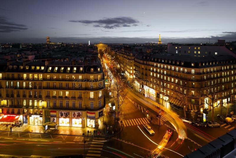 Gataplats i Paris, Frankrike på natten royaltyfri fotografi