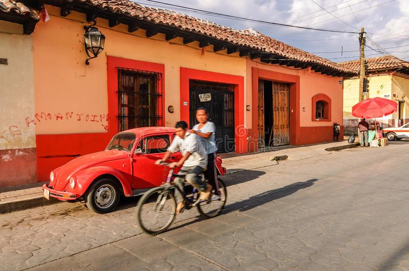 Gataplats i San Cristobal de Las Casas, Mexico royaltyfri fotografi