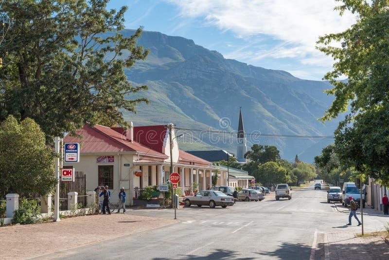 Gataplats med affärer och en kyrka i Greyton arkivfoto