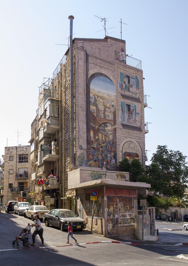 Gataplats med det dekorerade huset i Jerusalem nära marknaden Mahane Yehuda T arkivbild