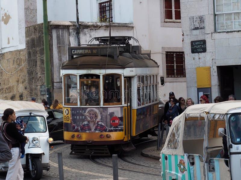 Gataplats med spårvagnen i Lissabon Portugal royaltyfri bild