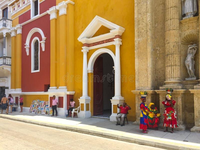 Gataplats och färgrika byggande fasader av den gamla staden i Cartagena, Colombia fotografering för bildbyråer