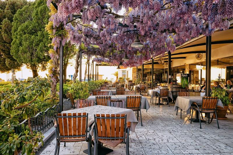 Gatarestaurang i Izola den gamla staden Slovenien Europa royaltyfria bilder