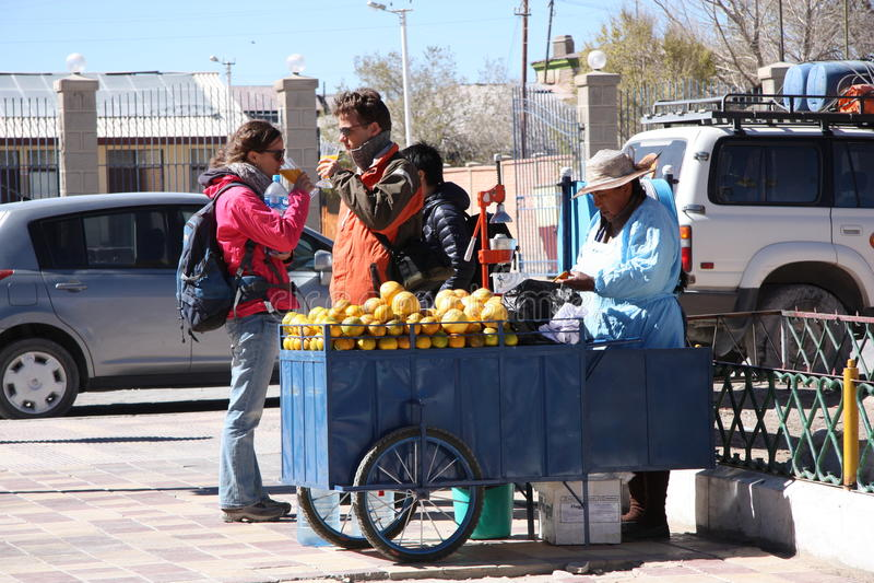 Gatasäljare av orange fruktsaft i Bolivia royaltyfria foton
