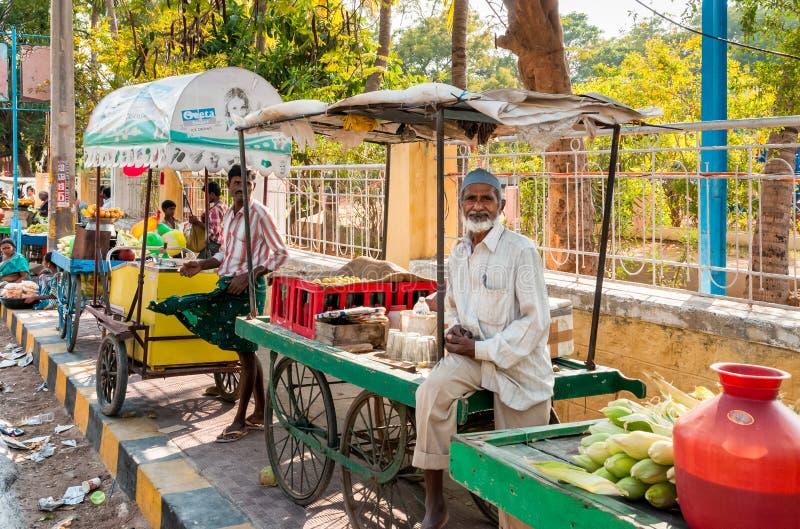 Gatasäljare i den Puttaparthi staden, Indien fotografering för bildbyråer