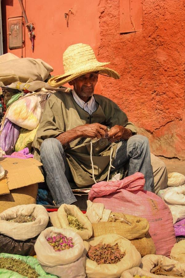 Gatasäljare som rymmer en radband marrakesh morocco royaltyfri fotografi